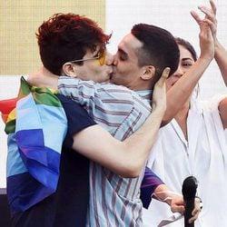 Javier Calvo y Javier Ambrossi besándose en el World Pride 2017