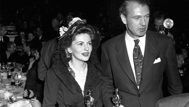 Joan Fontaine y Gary Cooper mostrando sus Oscars