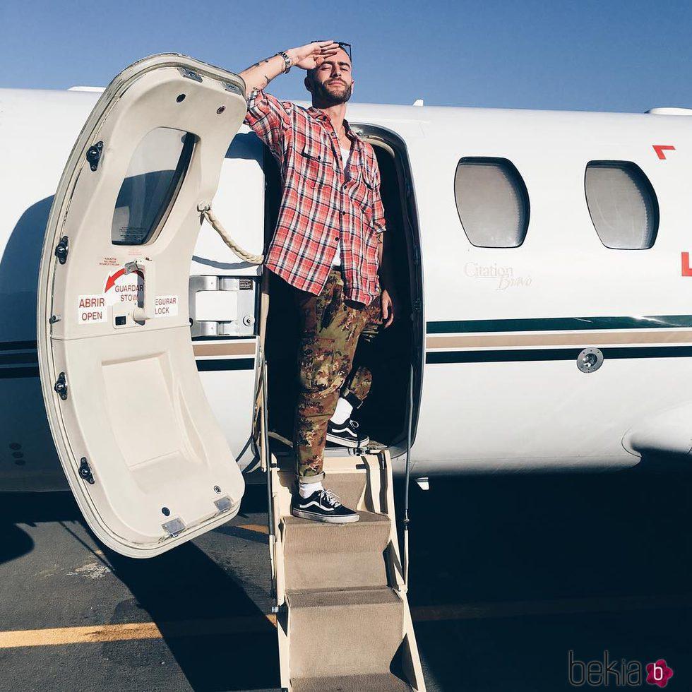 Pelayo Díaz posa en el avión privado con el que viajó a Marbella