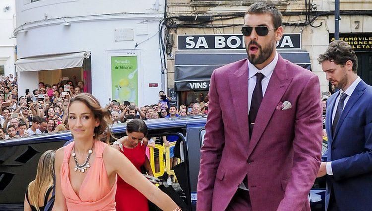 Marc Gasol con su mujer Cristina Blesa en la boda de Sergio Llul y Almudena Cánovas