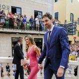 Pau Gasol y su novia Catherine McDonnell en la boda de Sergio Llul y Almudena Cánovas