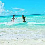 La pareja de 'GH 17', Rodri y Bea, bañándose en el mar