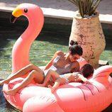 Kourtney Kardashian junto a su hija en el famoso flamenco rosa