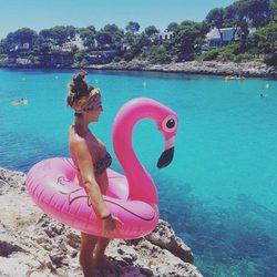 Anabel Pantoja en la playa posando con el famoso flamenco rosa