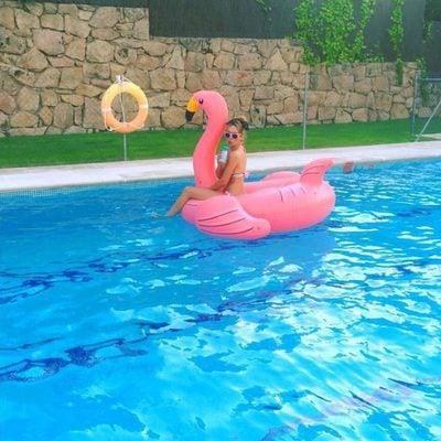 Patricia Conde posa con el flamenco rosa
