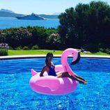 Macarena Gómez posando con el famoso flamenco rosa
