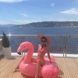 Kendall Jenner posando con el famoso flamenco rosa