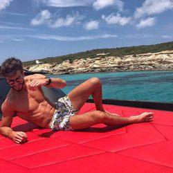 Marco Ferri luciendo cuerpazo en bañador en la cubierto de un barco en Formentera