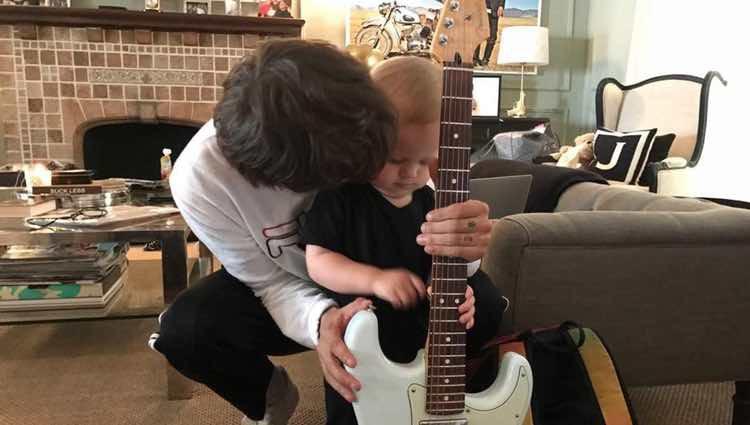 Louis Tomlinson enseñando a su hijo Freddie a tocar la guitarra