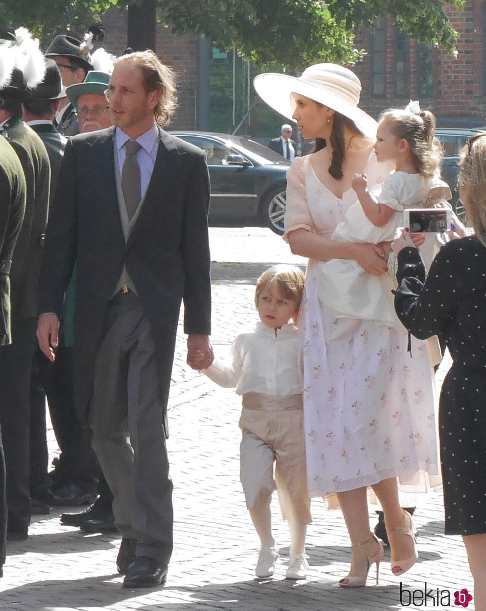 Andrea Casiraghi y Tatiana Santo Domingo con sus hijos en la boda de Ernst August de Hannover