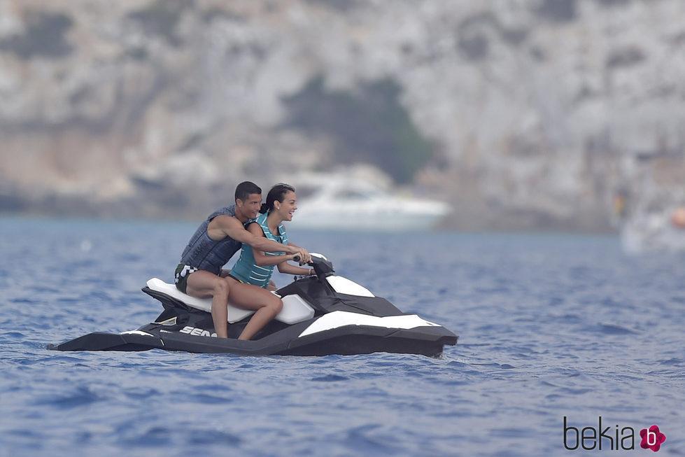 Cristiano Ronaldo y Georgina Rodríguez montando en una moto acuática en Ibiza