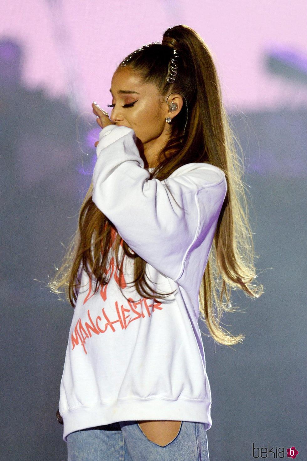 Ariana Grande emocionada en su concierto One Love Manchester