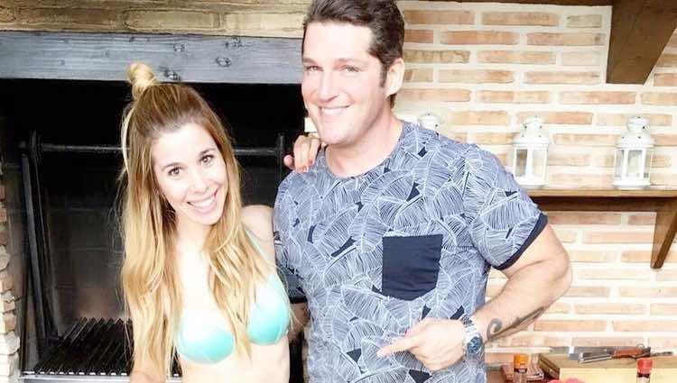 Manu Tenorio y Natalia Rodríguez haciendo paella en un reencuentro rural de 'Operación Triunfo 1'