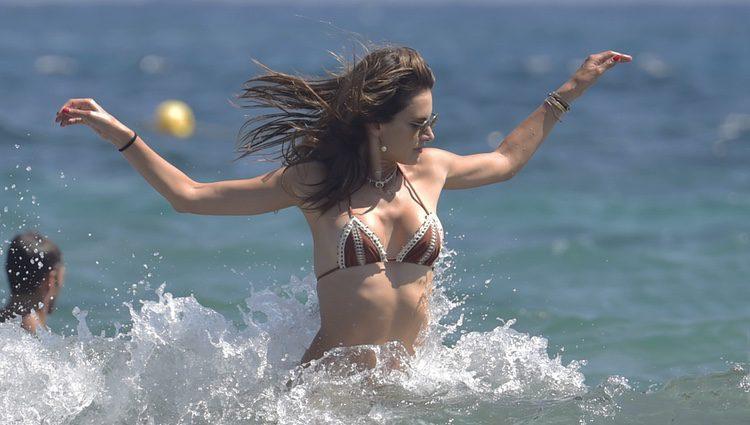Alessandra Ambrosio bañándose en las playas de Ibiza