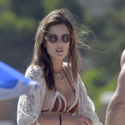 Alessandra Ambrosio pasando sus vacaciones en Ibiza