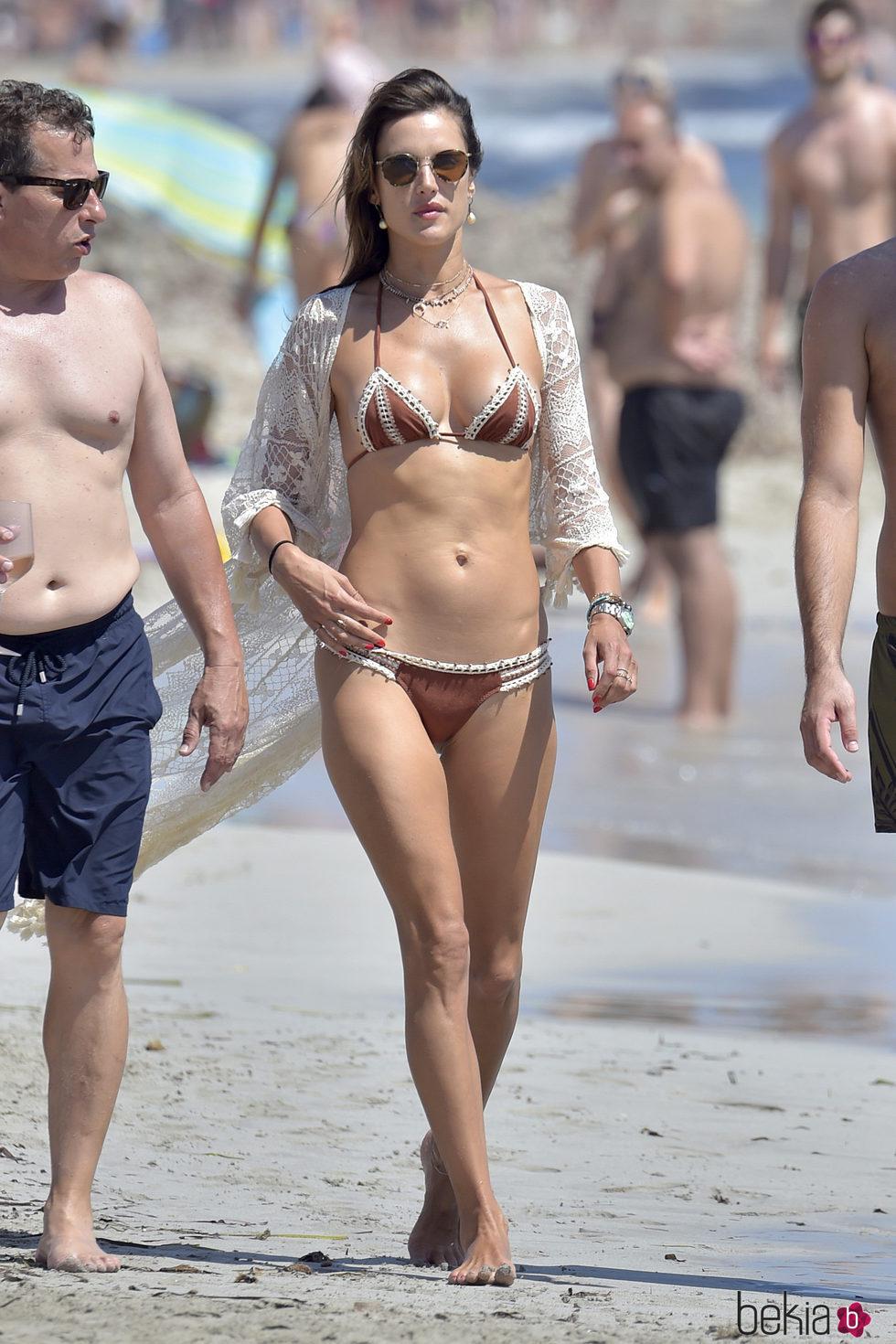 Alessandra Ambrosio paseando por las playas de Ibiza
