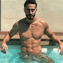 Marco Ferri luciendo cuerpazo dándose un chapuzón en la piscina