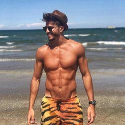 Marco Ferri presumiendo de cuerpo con un bañador de tigre