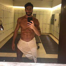 Marco Ferri fotografiándose en los espejos del gimnasio