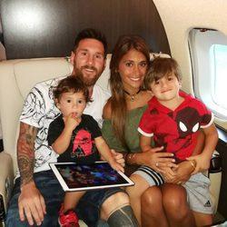 Leo Messi y Antonella Roccuzzo regresando de su luna de miel con sus dos hijos