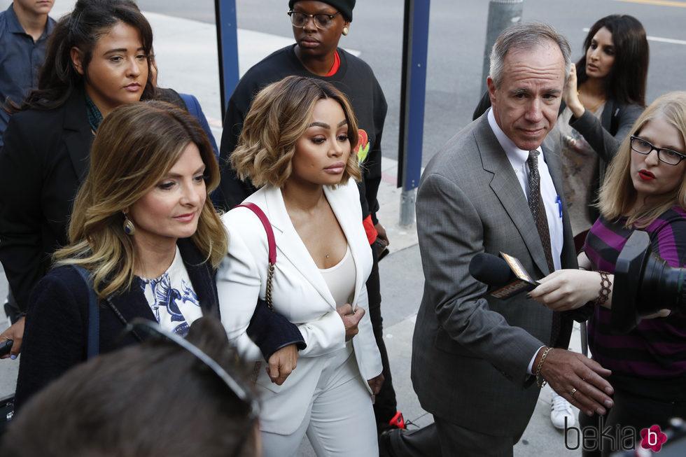 Blac Chyna saliendo del juzgado después de su juicio con Rob Kardashian