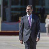 El Rey Felipe en el aeropuerto de Barajas antes de coger el vuelo para dar comienzo a su Viaje de Estado a Reino Unido