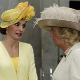 La Reina Letizia habla con Camilla Parker al comienzo de su Viaje de Estado a Reino Unido