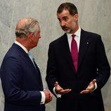 El Rey Felipe habla con el Príncipe Carlos al comienzo de su Viaje de Estado a Reino Unido
