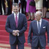 El Rey Felipe con el Duque de Edimburgo en la ceremonia de bienvenida por su Viaje de Estado a Reino Unido