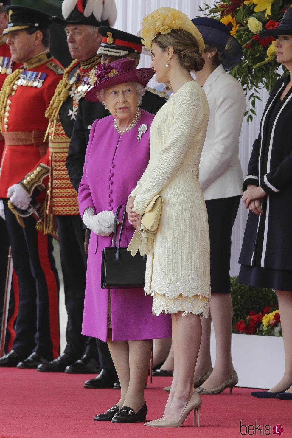 la reina isabel charla con la reina letizia en la