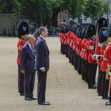 El Rey Felipe y el Duque de Edimburgo pasan revista en la ceremonia de bienvenida a los Reyes de España por su Viaje de Estado a Reino Unido