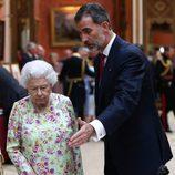 El Rey Felipe y la Reina Isabel durante la visita a unos objetos españoles en Buckingham Palace
