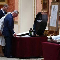 El Príncipe Carlos, Camilla Parker y el Príncipe Guillermo durante la visita a unos objetos españoles en Buckingham Palace