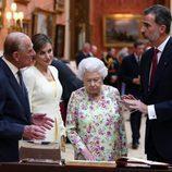 Los Reyes Felipe y Letizia visitan una exposición de objetos españoles en Buckingham Palace con la Reina Isabel y el Duque de Edimburgo