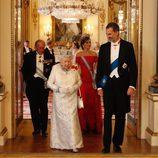 La Reina Isabel y el Rey Felipe, seguidos del Duque de Edimburgo y la Reina Letizia en la cena de gala en Buckingham Palace
