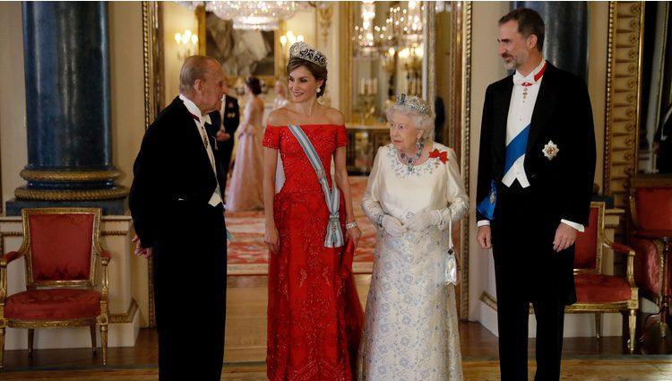 La Reina Isabel y el Duque de Edimburgo charlan con los Reyes Felipe y Letizia en la cena de gala en Buckingham Palace
