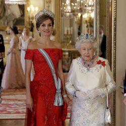 La Reina Letizia, la Reina Isabel y el reflejo de Kate Middleton en el espejo en la cena de gala en honor a los Reyes de España