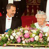 El Rey Felipe y la Reina Isabel, muy sonrientes en la cena de gala en honor a los Reyes de España en Buckingham Palace