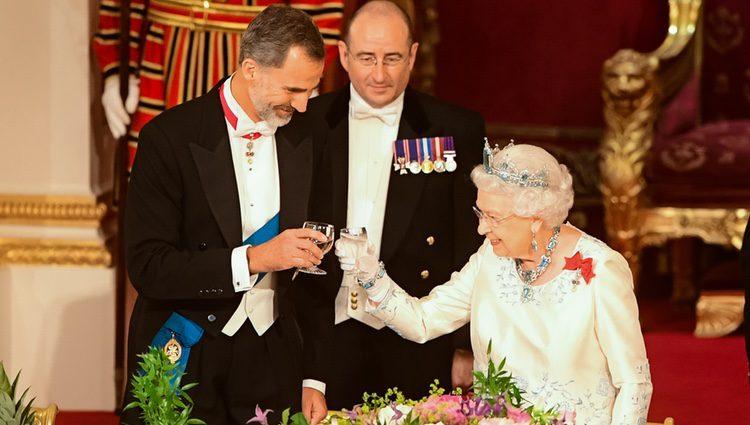 El Rey Felipe y la Reina Isabel brindan en la cena de gala en honor a los Reyes de España en Buckingham Palace