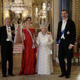 Los Reyes Felipe y Letizia con la Reina Isabel y el Duque de Edimburgo en la cena de gala en su honor en Buckingham Palace