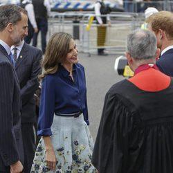 Los Reyes Felipe y Letizia saludan al Príncipe Harry a su llegada a la Abadía de Westminster