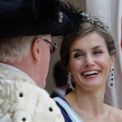 La Reina Letizia ríe divertida en la cena de gala en su honor en Guildhall
