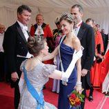 La Princesa Ana hace la reverencia a la Reina Letizia en la cena en honor a los Reyes de España en Guildhall
