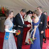 Los Reyes Felipe y Letizia, saludados por la Princesa Ana y Sir Timothy Laurence en la cena de gala en Guildhall