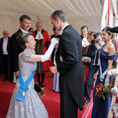 La Princesa Ana hace la reverencia al Rey Felipe frente a la Reina Letizia y Sir Timothy Laurence en Guildhall