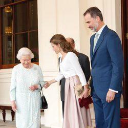 La Reina Isabel y el Duque de Edimburgo despiden a los Reyes Felipe y Letizia de Buckingham Palace al final de su Viaje de Estado a Reino Unido