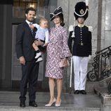 Carlos Felipe de Suecia y Sofia Hellqvist con su hijo Alejandro en el Te Deum por el 40 cumpleaños de Victoria de Suecia