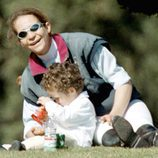 La Infanta Elena jugando con Froilán