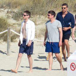 Theo James disfruta de unas merecidas vacaciones en Formentera junto a un grupo de amigos
