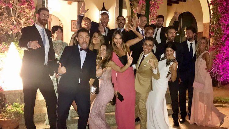 Canco Rodríguez, su mujer Marta Nogal y amigos durante su boda
